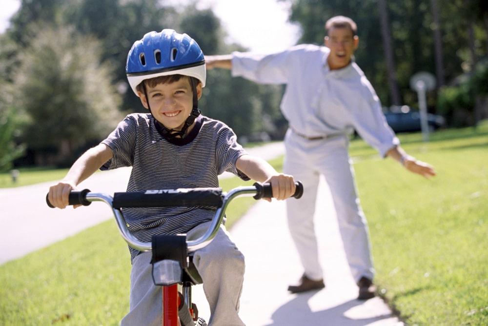 Guide pour choisir le vélo d'apprentissage le plus adapté : draisienne ou tricycle